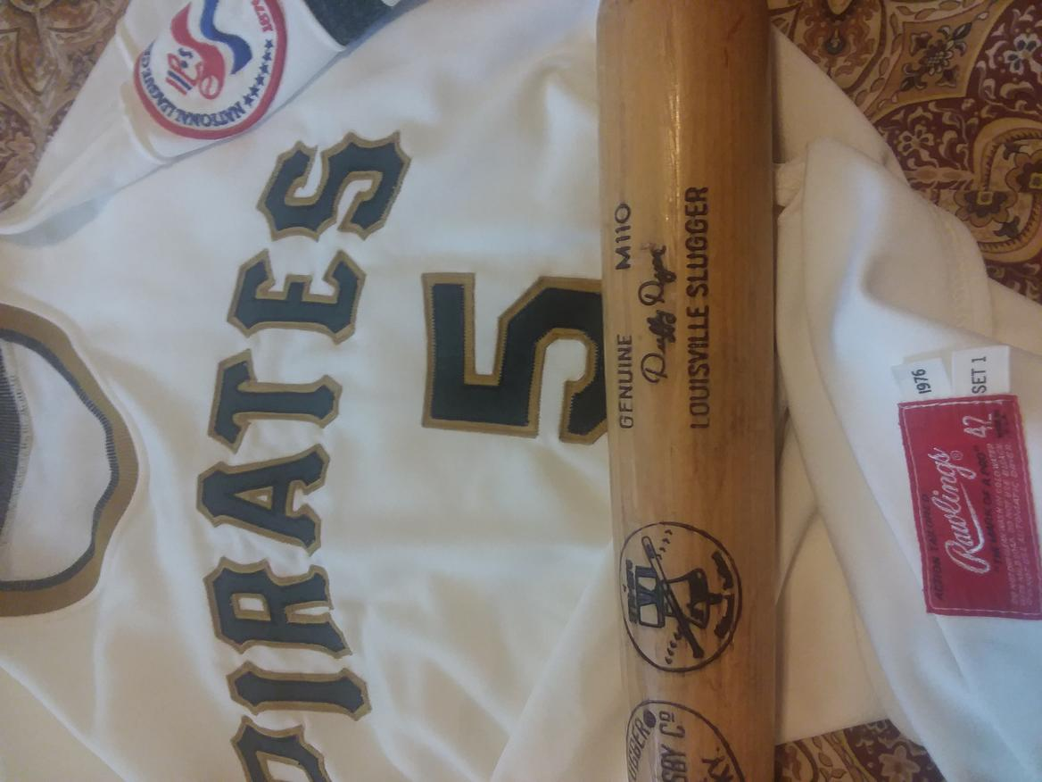 Name:  Duffy Dyer Pirates 1976 Home front closer with MFG Tags  Bicentennial bat and jersey.jpg Views: 311 Size:  81.8 KB
